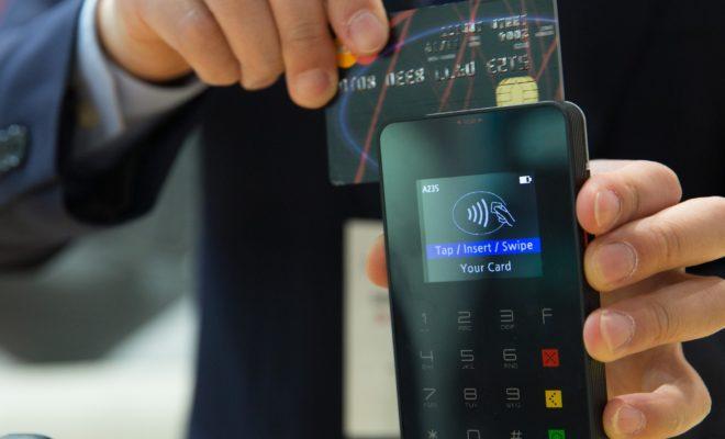 242fc79ef73926 Si chiamano contactless e sono l'ultima frontiera della tecnologia per le carte  di credito: si va in un negozio, si fanno acquisti e per pagare basta ...
